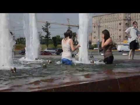 г.Москва. Парк Победы, девушки в фонтане