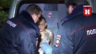 Полицейские выносят избившего жену уголовника