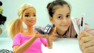 Кукла Барби и Вика играют в тайного Санту