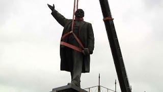 أوكرانيا تمحو تاريخها السوفياتي وتزيل آخر وأضخم تمثال للينين