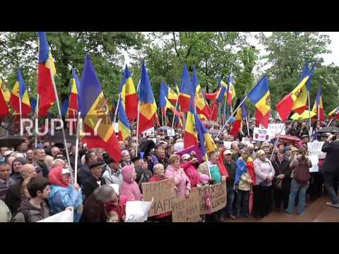 Moldova: Protesters make noise outside parliament building, calling for changes to voting system