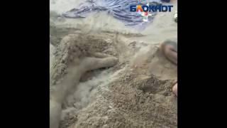 Сексуальная блондинка из песка появилась в Волжском