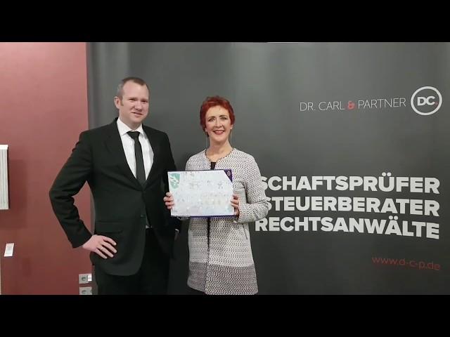 Lions-Präsidentin Renate Eger überreicht die neuen Lions-Weihnachtskalender