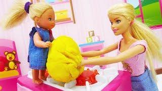 Барби готовит домашнее задание для Штеффи. Видео для девочек