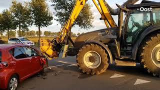Automobilist lichtgewond na botsing op tractor in Nieuwleusen