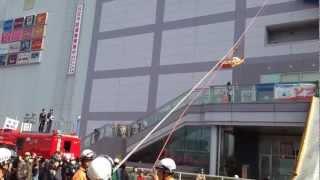 2013年 火災予防運動に伴う消防演習の一部 場所:西友福生店 ロープ...