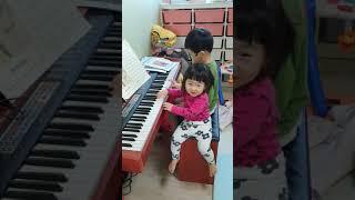 2021년1월25 울 꼬맹이들 피아노 치며~