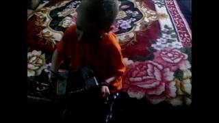 Илюша поёт песню