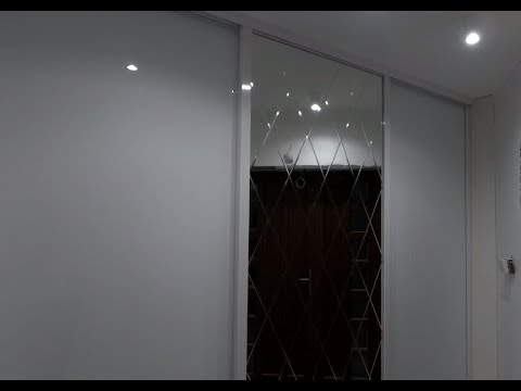 Встроенный шкаф-купе в прихожую, белый глянец. Зеркало с узором ромбиком. Фурнитура Блюм. Шкафы Киев