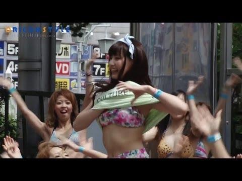 新宿の路上で水着ダンサーがフラッシュモブダンス