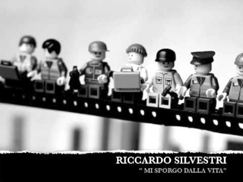 """Riccardo Silvestri – """"Mi sporgo dalla vita"""" (tutti i mattoni del mondo)"""