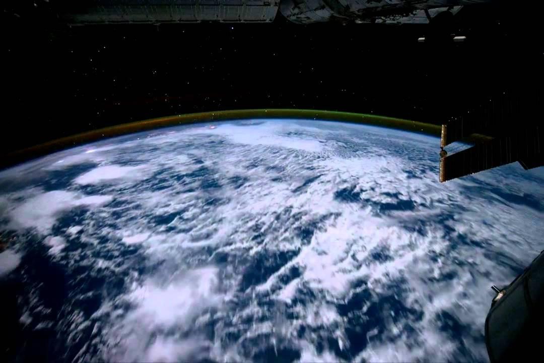 la terra vista dallo spazio con una navicella spaziale hd