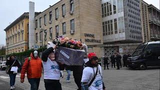Ex Embraco, il corteo funebre dei lavoratori: