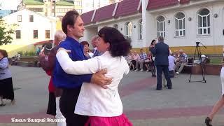 Классные танцы в городе под популярные песни СМОТРИМ