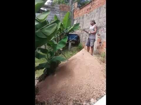 Facilitando transporte de terra em barrancos construção civil