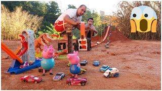 Pista da Hot wheels  o desafio com George e papai pig da família Peppa pig e Lucas Kids.