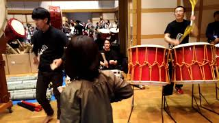 2017京都での鬼太鼓座ワークショップです。参加者達で竹楽器を作って演...