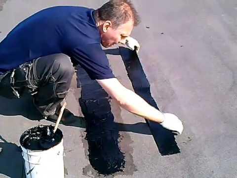 Наклейка заплат из рубероида на заделанные мастикой трещины в крыше.