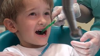 Детский стоматолог ДАВИД ИДЁТ НА ПРИЁМ К СТОМАТОЛОГУ И получает кучу подарков ВИДЕО ДЛЯ ДЕТЕЙ(, 2016-06-18T07:00:00.000Z)