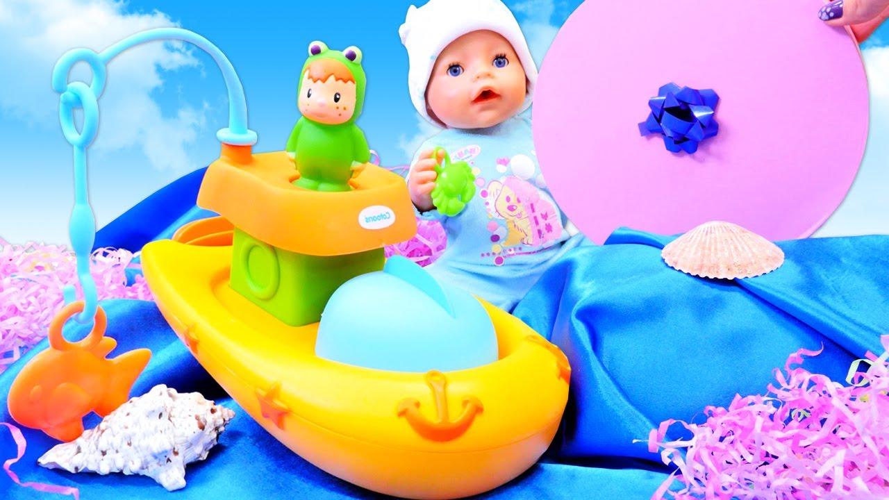 Baby Born ile kumaştan deniz yapalım. Oyuncak gemi yüzdürelim. Bebek eğitici video.