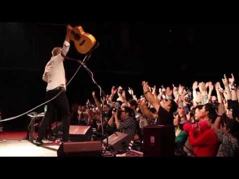 The Ultimate Beatles / Classical Gas Medley | Live | Tommy Emmanuel