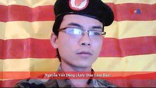 Thanh niên mặc quân phục Việt Nam Cộng hòa ra tù