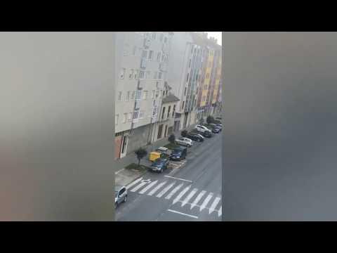 Bingo entre edificios en la calle Monforte de Chantada