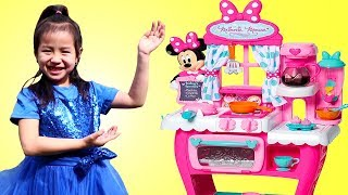 Jannie Juega con Cocina y Juego de Café de Minnie Mouse | Minnie Toy Kitchen and Cafe