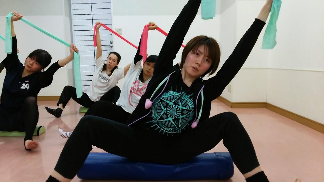 女子バレー柔軟股開き ストレッチポールに乗り股関節開くトレ 開脚に超効果あり