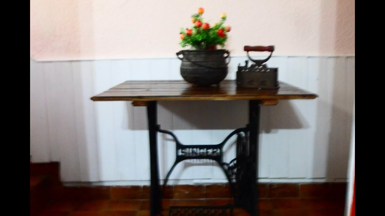 Como reciclar un pie de m quina de coser singer y piso de for Como reciclar una mesa de televisor antigua