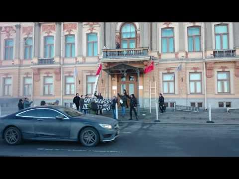 Смотреть 17-ый год на пороге: нацболы атаковали офис «Газпрома» в Петербурге онлайн