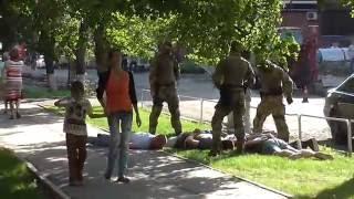 «Маски-шоу»: в центре Полтавы задержали группу возможных преступников(Сегодня в центре Полтавы, около 16.30 спецназовцы задержали группу из пятерых мужчин. Задержание было произв..., 2016-08-18T18:00:16.000Z)