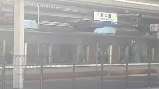 JR西日本新大阪駅で225系6000番台団体列車の通過シーン(2019年11月10日日曜日)携帯電話で撮影
