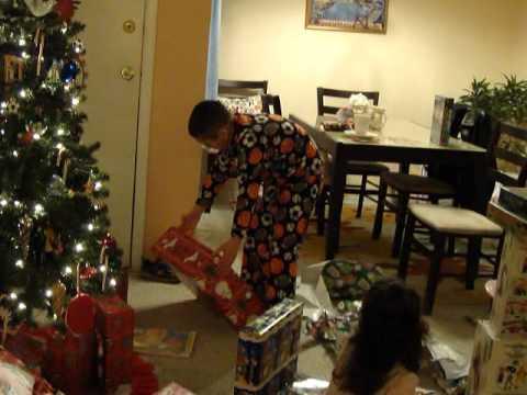 Niños abriendo regalos navidad