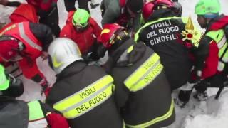 Il salvataggio dei vigili del fuoco di madre e figlio a Rigopiano