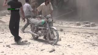 هااام : لحظة استخراج المدنيين من تحت انقاض بعد قصف احياء درعا البلد بالبراميل  27-5-2014