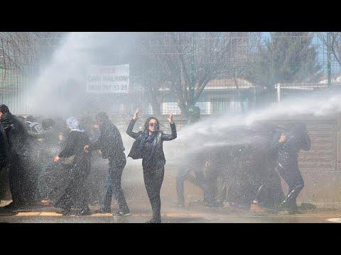 شاهد: الشرطة التركية تفرق متظاهرين أكراد في ديار بكر  - 20:54-2019 / 3 / 18