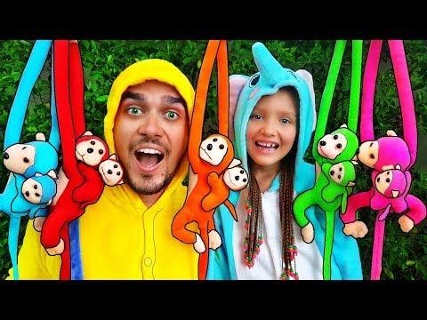 Cinco monitos saltaban en la cama | Canciones infantiles | Outdoor Play Area with Slides
