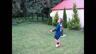 طفل بولندي موهوب جداً في كرة القدم