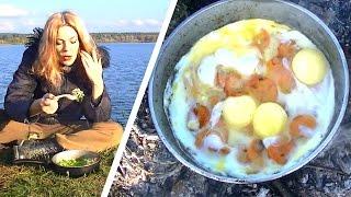 Как приготовить яичницу на костре с луком, морковью и зеленью / Лесная кухня