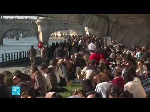 الباريسيون يستمتعون بأشعة الشمس على ضفاف نهر السين قبل بدء حظر التجول اليومي  - نشر قبل 3 ساعة