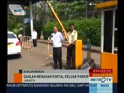 Dahlan Iskan Marah dan Buka Portal Parkir Senayan