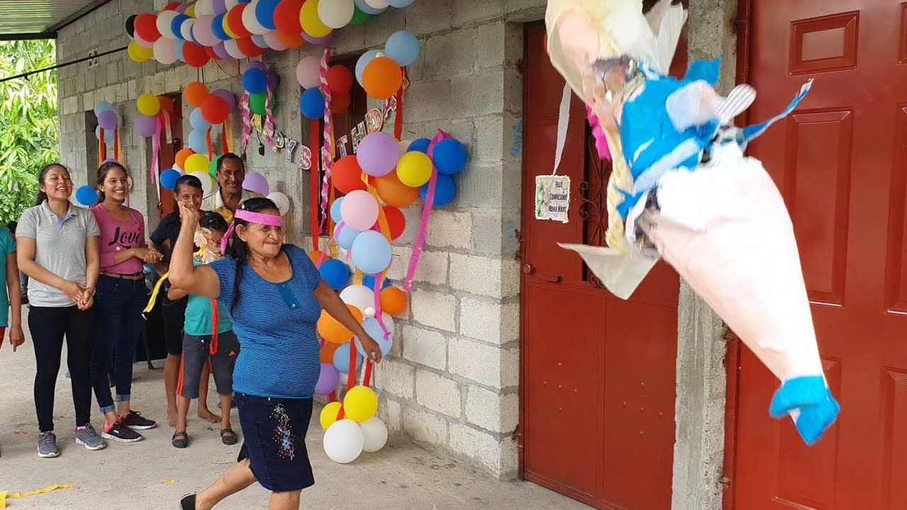 Doña Marta Guarcas A Los 54 Años Juega A La Piñata En Su Cumpleaños