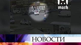 Смотреть видео В Москве автомобиль сбил людей прямо на пешеходном переходе, три человека госпитализированы. онлайн