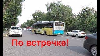 Автобус едет по встречной полосе! А за ним еще!