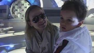 Eliana brinca com o filho, Arthur, nos bastidores do programa
