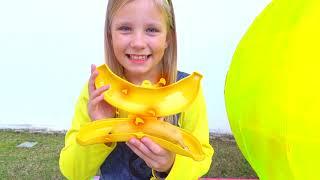 Alicia y hermana juegan con Ladybug y Minion huevos Gigantes sorpresa