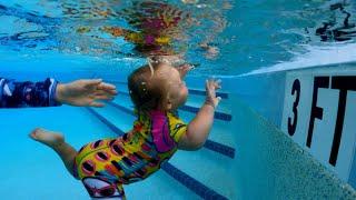 НАОМИ под водой учится плавать и нырять!