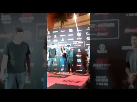 Kelvin Gastelum canta Wesley Safadão em treino aberto do UFC Fortaleza