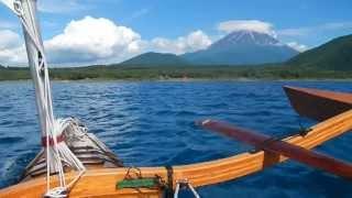 本栖湖で富士山を眺めながらのんびりセーリングです。この日、夕方に富...